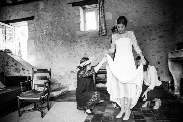 la mariée s'habille au Prieuré de Lavaray
