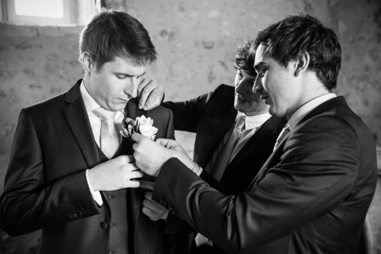 le marié se prépare avec ses amis